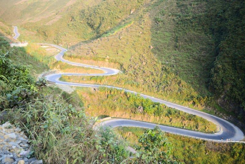 El camino del paso de montaña que sorprendía llamó nueve rampas o doc. Chin Khoanh en vietnamita cerca del parque geológico de Do fotografía de archivo libre de regalías