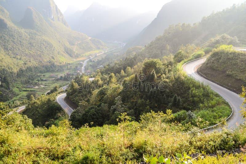 El camino del paso de montaña que sorprendía llamó nueve rampas o doc. Chin Khoanh en vietnamita cerca del parque geológico de Do fotos de archivo libres de regalías