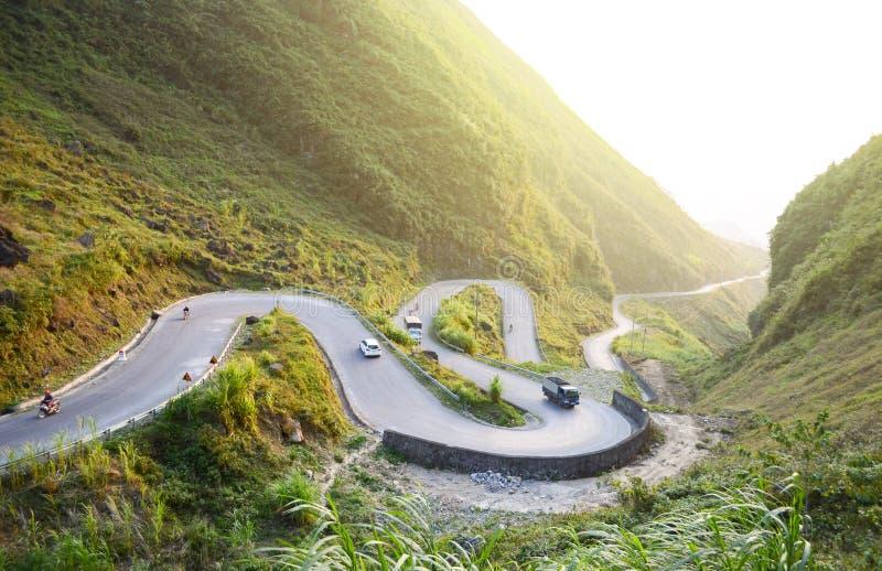 El camino del paso de montaña que sorprendía llamó nueve rampas o doc. Chin Khoanh en vietnamita cerca del parque geológico de Do foto de archivo libre de regalías