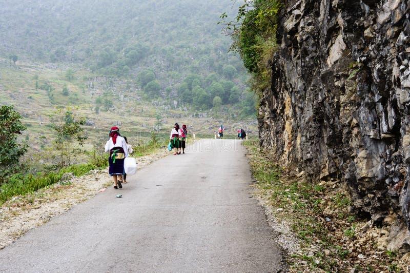El camino en la piedra-meseta de Dong Van, Viet Nam imagen de archivo