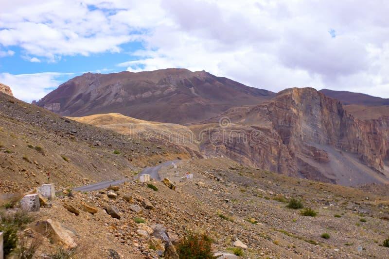 El camino en las montañas que llevan a la ciudad principal foto de archivo