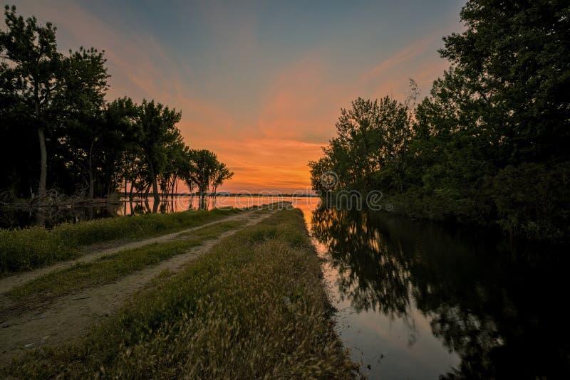 El camino en ninguna parte se inclina en un lago en Idaho imagen de archivo libre de regalías