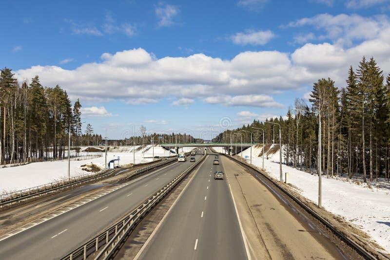 El camino en primavera temprana, la nieve no ha derretido imágenes de archivo libres de regalías