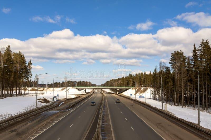 El camino en primavera temprana, la nieve no ha derretido fotografía de archivo
