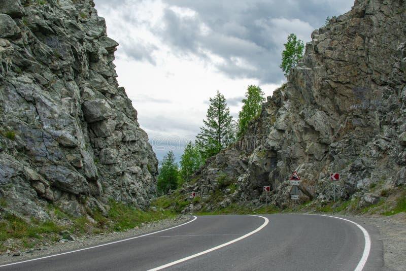 El camino entre las rocas fotos de archivo