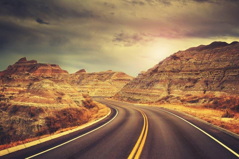 El camino escénico en la puesta del sol, color entonó la imagen foto de archivo