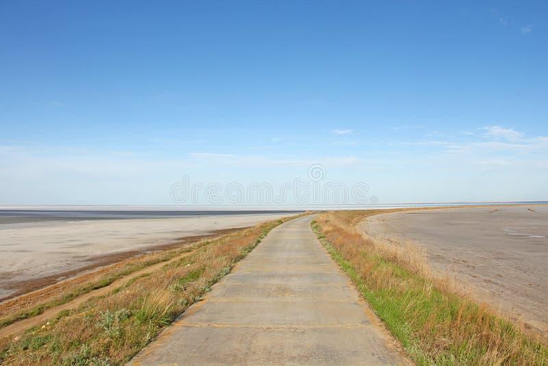 El camino por el mar va más allá del horizonte fotos de archivo