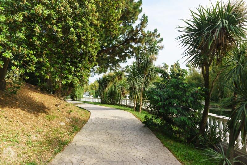 El camino que camina a lo largo de la barandilla en la ciudad de vacaciones tropical parquea imagen de archivo