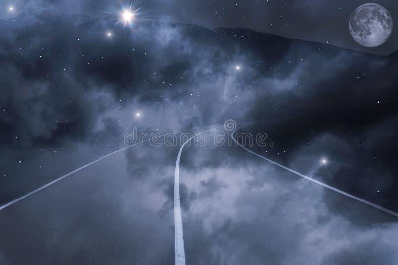 El camino se nubla el cielo de la luna de las estrellas de las montañas foto de archivo libre de regalías