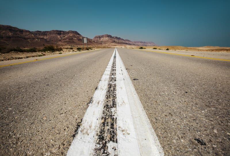 el camino vacío al mar muerto, calle del desierto imagen de archivo