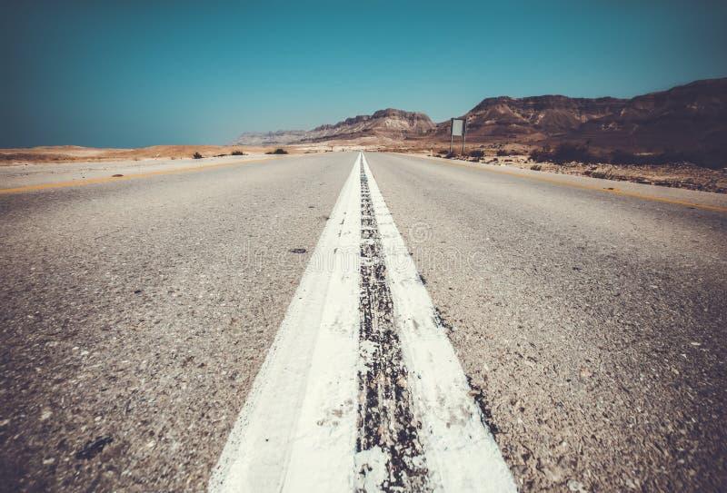 el camino vac?o al mar muerto, calle del desierto foto de archivo libre de regalías