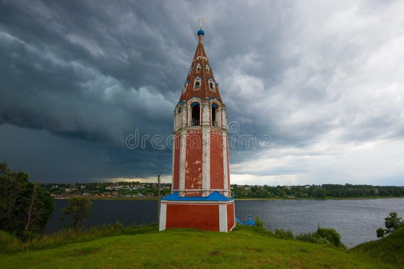 El campanario antiguo de la iglesia de Kazán Tutaev Romanov-Borisoglebsk, Rusia fotografía de archivo