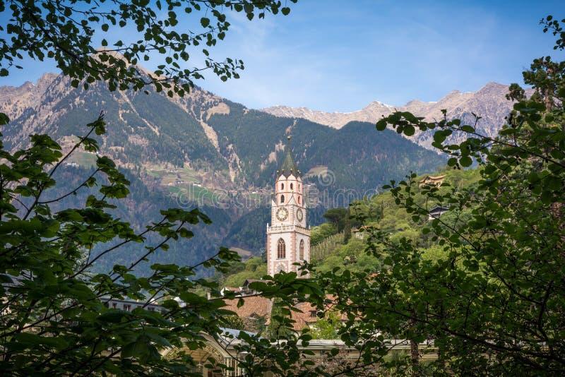 el campanario de la catedral de San Nicolás en Merano, Bolzano, el Tyrol del sur, Italia foto de archivo libre de regalías
