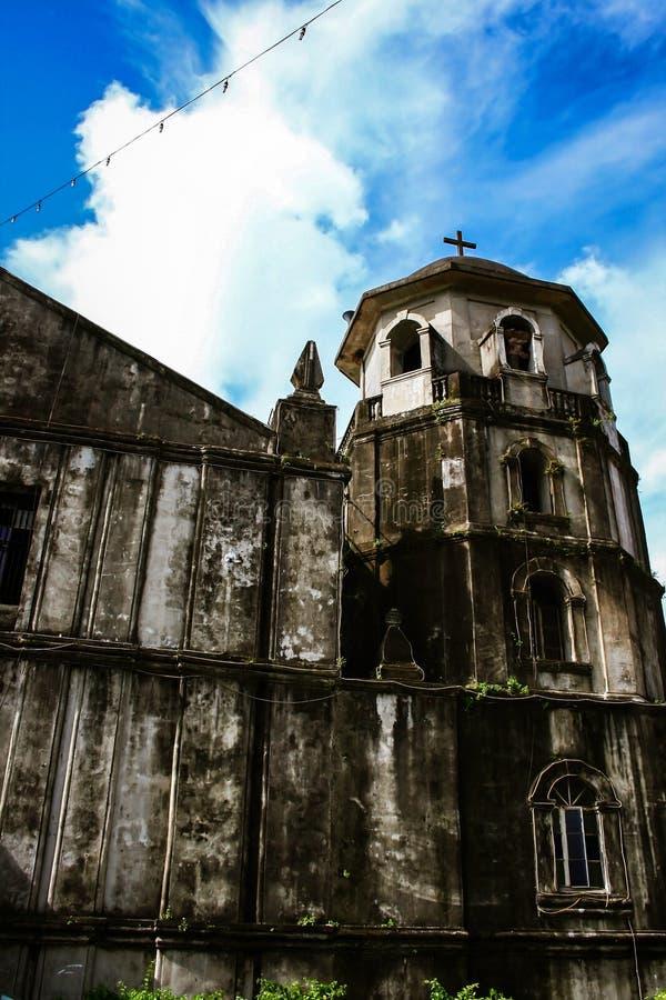 El campanario de la iglesia parroquial de Nuestra Señora de Candelaria en Silang, provincia de Cavite, isla de Luzón, Filipinas foto de archivo libre de regalías