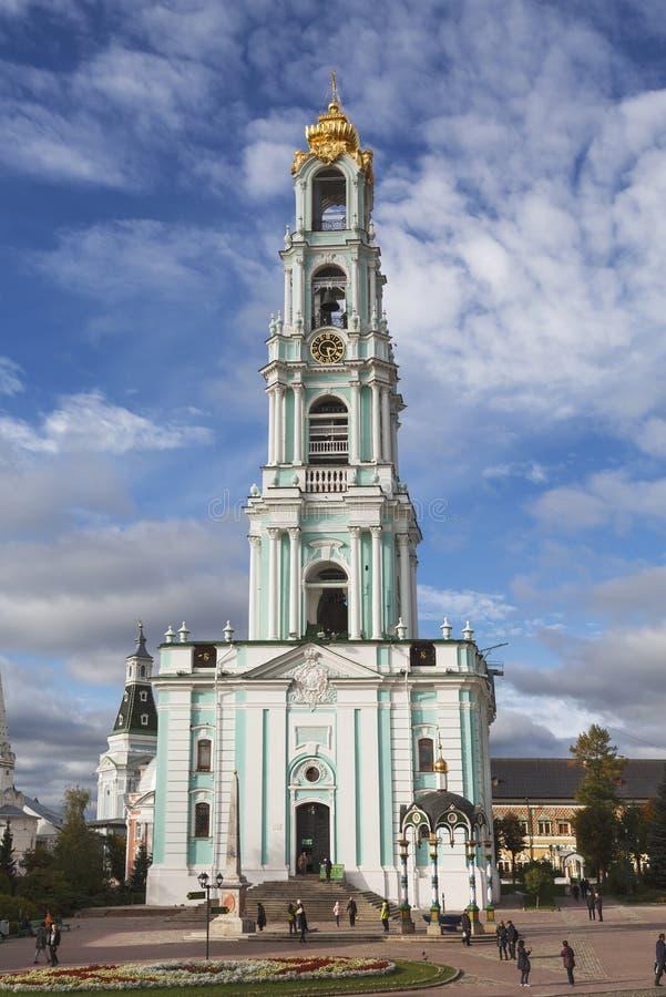 El campanario de la trinidad-Sergius Lavra, Sergiev Posad, región de Moscú foto de archivo