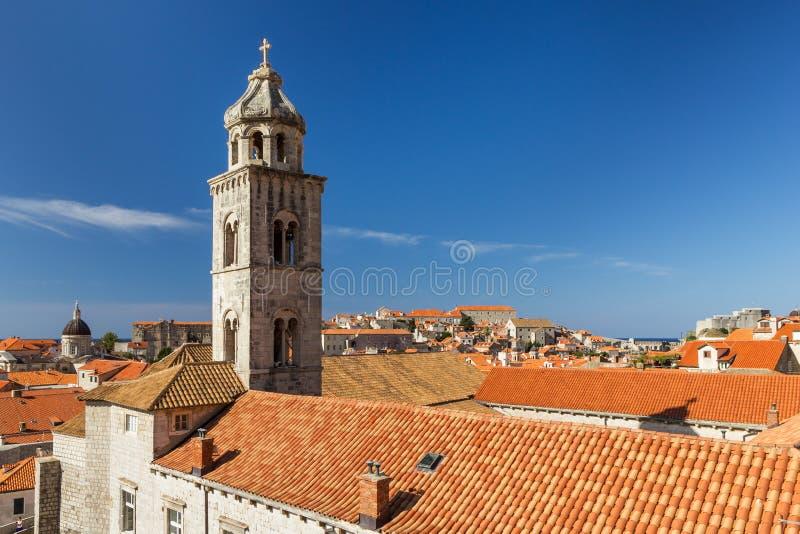 El campanario del monasterio dominicano en Dubrovnik imagenes de archivo