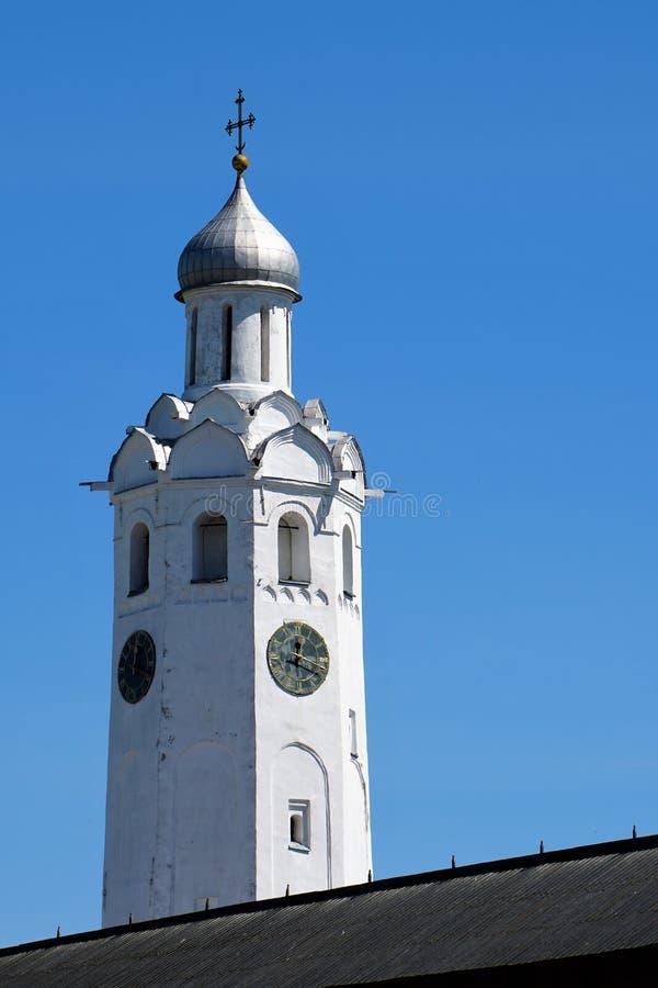 El campanario magnífico con un reloj en el Novgorod el Kremlin fotografía de archivo