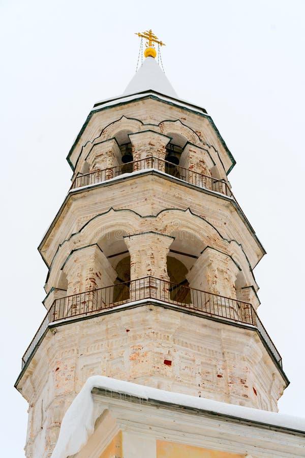 El campanario unrestored en el territorio del monasterio orthodoxal viejo en la pequeña ciudad rusa Torzhok en invierno imágenes de archivo libres de regalías