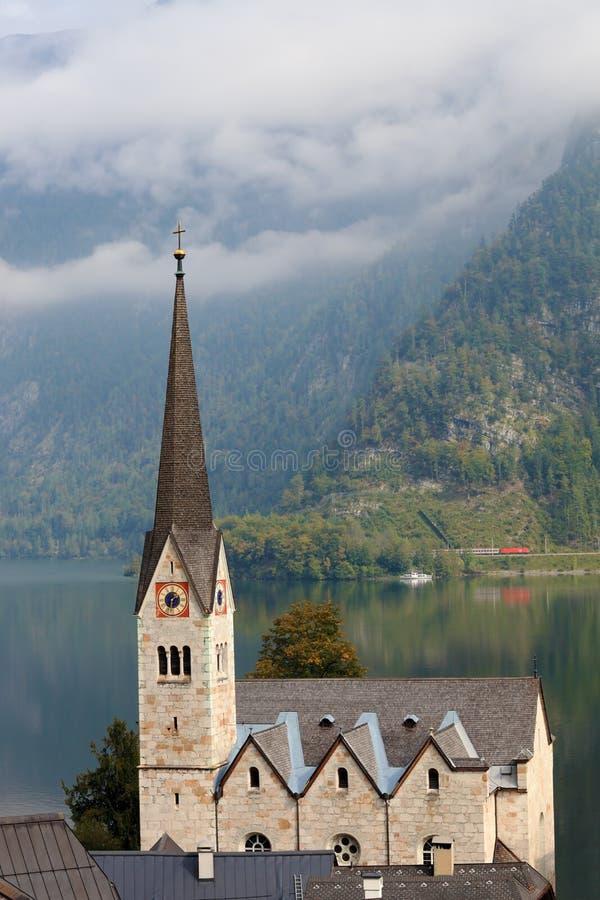 El campanario y la iglesia luterana en el lago Hallstatt imágenes de archivo libres de regalías
