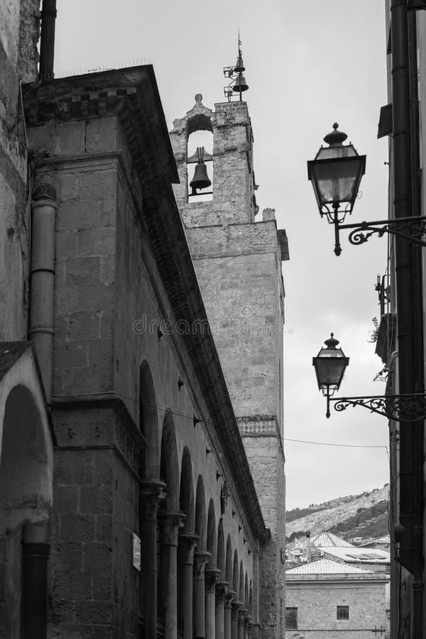 El campanario y el pórtico septentrional de la catedral de Monreale fotos de archivo libres de regalías