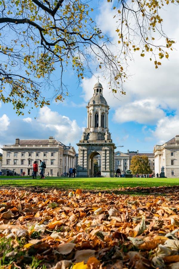 El campanil del Trinity College con color de la caída imágenes de archivo libres de regalías