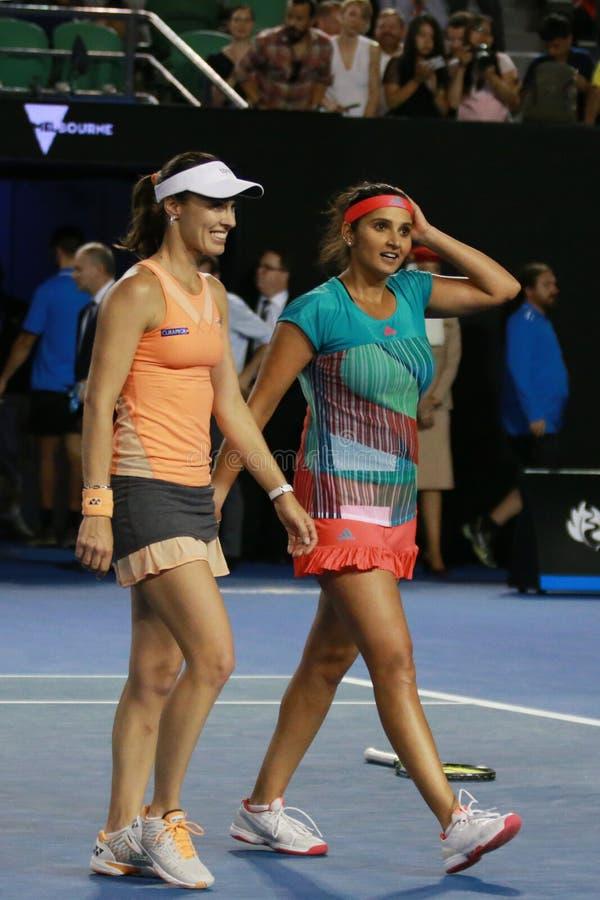 El campeón Martina Hingis del Grand Slam de Suiza y Sania Mirza de la India celebran la victoria después de los dobles de las muj fotos de archivo