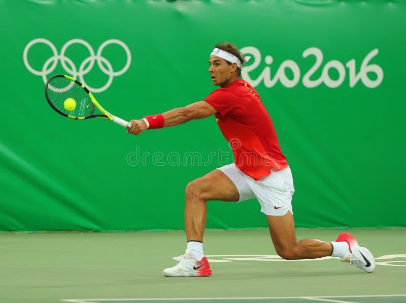 El campeón olímpico Rafael Nadal de España en la acción durante el ` s de los hombres escoge el primer partido de la ronda de la  foto de archivo