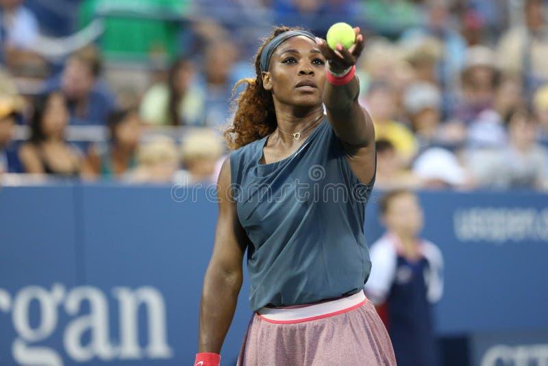 El campeón Serena Williams del Grand Slam de dieciséis veces durante sus primeros dobles de la ronda hace juego en el US Open 2013 imágenes de archivo libres de regalías