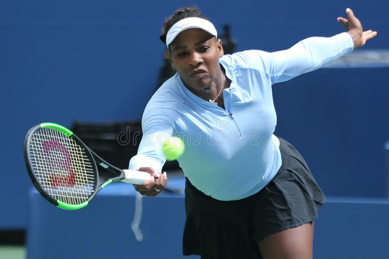 El campeón Serena Williams del Grand Slam practica para el US Open 2018 en Billie Jean King National Tennis Center imágenes de archivo libres de regalías