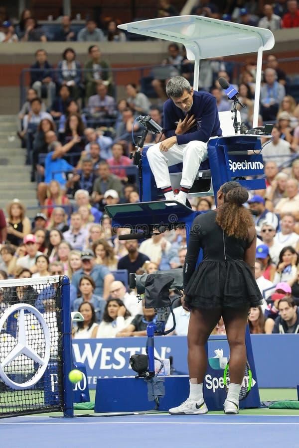 el campeón Serena Williams del Grand Slam 23-time discute con el árbitro Carlos Ramos de la silla durante su partido final 2018 d fotos de archivo libres de regalías