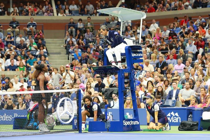el campeón Serena Williams del Grand Slam 23-time discute con el árbitro Carlos Ramos de la silla durante su partido final 2018 d fotos de archivo
