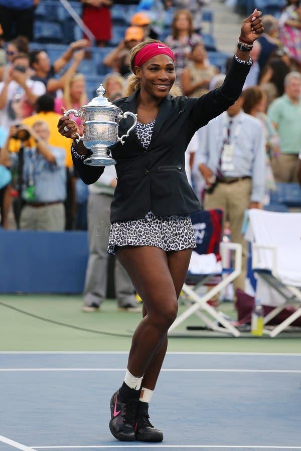 El campeón y el US Open 2014 del Grand Slam de dieciocho veces defienden a Serena Williams que sostiene el trofeo del US Open dur foto de archivo