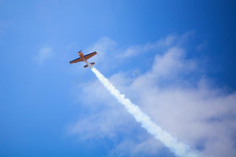 El campo de aviación de Mochishche, salón aeronáutico local, los EX 360 deportes adicionales amarillos acepilla en el cielo azul  fotos de archivo libres de regalías
