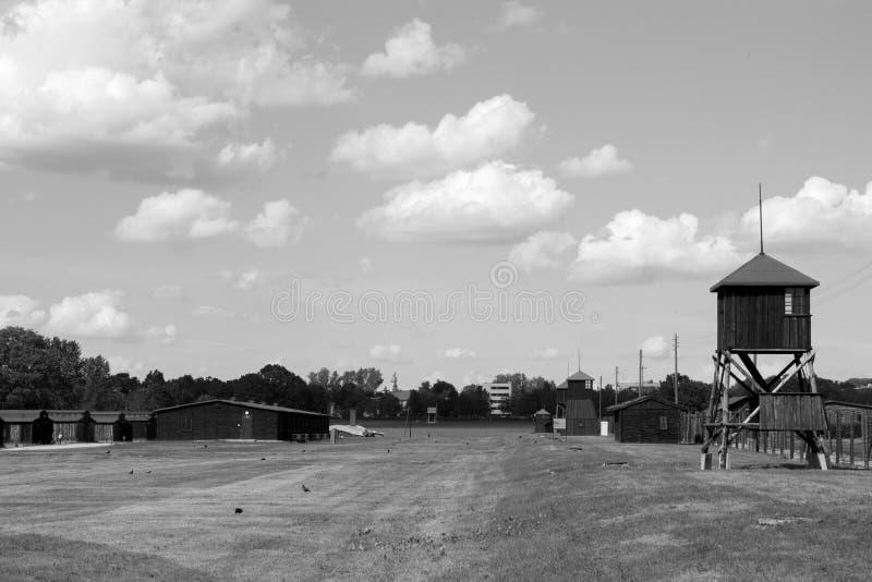 El campo de concentración de Majdanek, staroselye de madera se eleva y los cuarteles, foto blanco y negro imagen de archivo