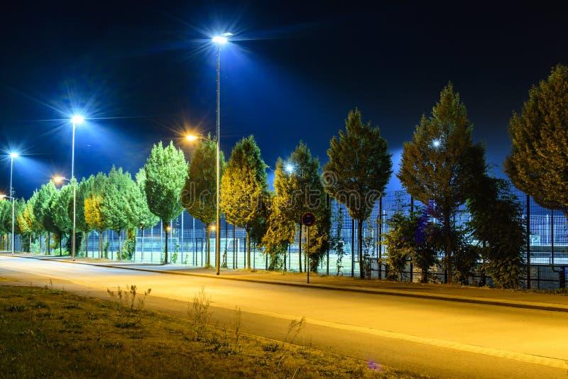 El campo de deportes en la noche con el reflector se enciende para arriba imagen de archivo libre de regalías