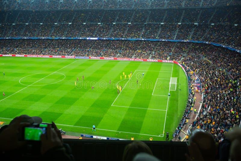El campo de fútbol y la audiencia en el estadio Nou acampan, Barcelona imagen de archivo libre de regalías