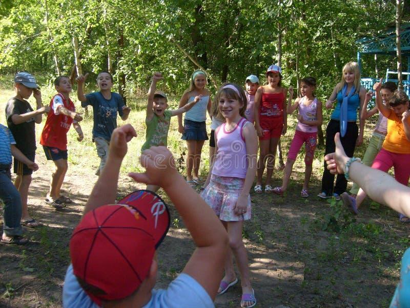 El campo de los niños del verano, juegos de los deportes, amistad adolescente, aire del bosque, deportes imágenes de archivo libres de regalías