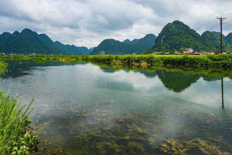 El campo y las montañas del arroz en BacSon - Vietnam imagen de archivo
