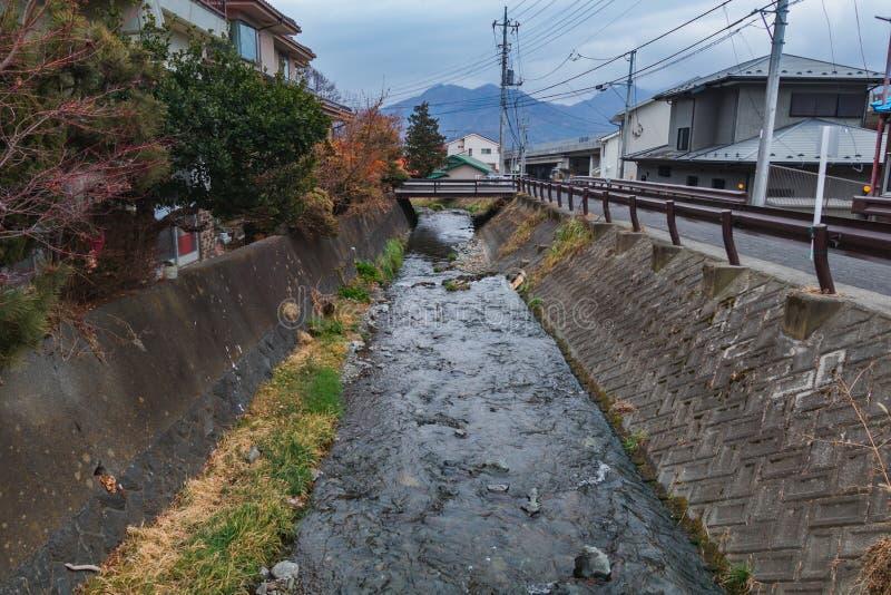 El canal al lado de carriles locales fotos de archivo