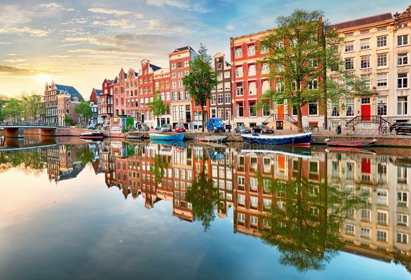 El canal de Amsterdam contiene las reflexiones vibrantes, Países Bajos, panora imagenes de archivo