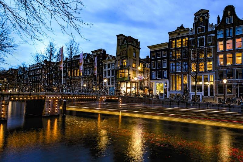 El canal de Amsterdam en la noche foto de archivo libre de regalías