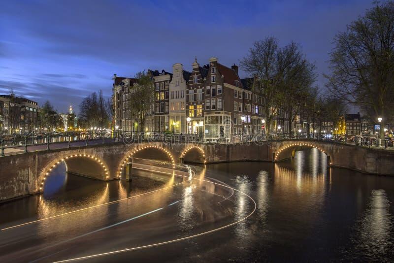 El canal de Amsterdam en la noche imagenes de archivo