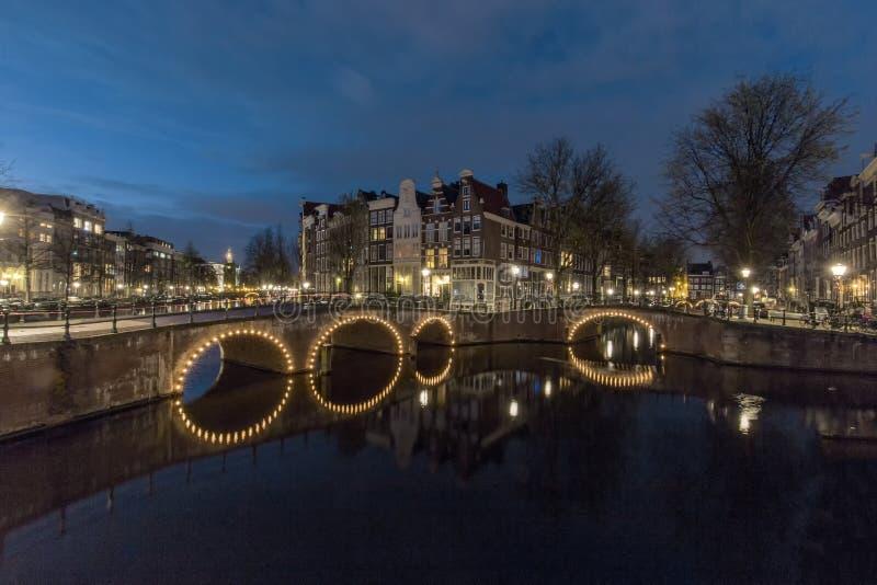 El canal de Amsterdam en la noche fotografía de archivo