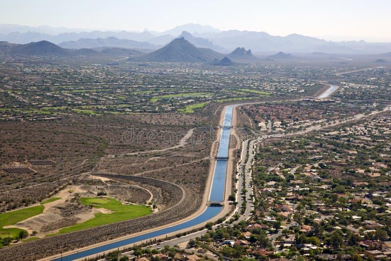 El canal de Arizona que atraviesa Scottsdale foto de archivo