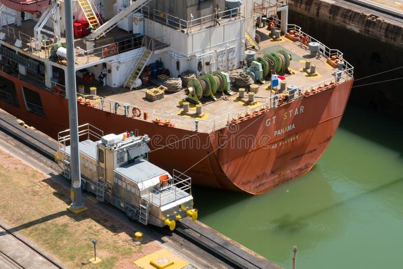 El Canal de Panamá MiraFlores bloquea trabajadores y al personal del edificio del control de Panama City fotos de archivo