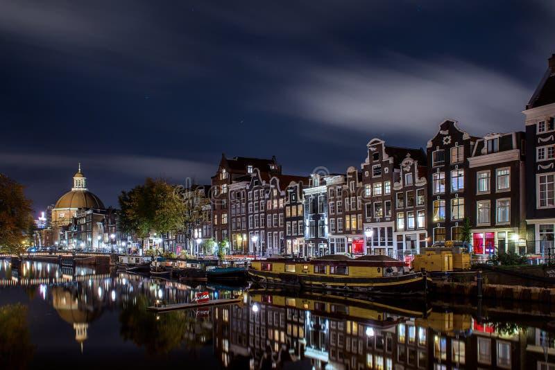 El canal de Singel en Amsterdam en la noche fotografía de archivo