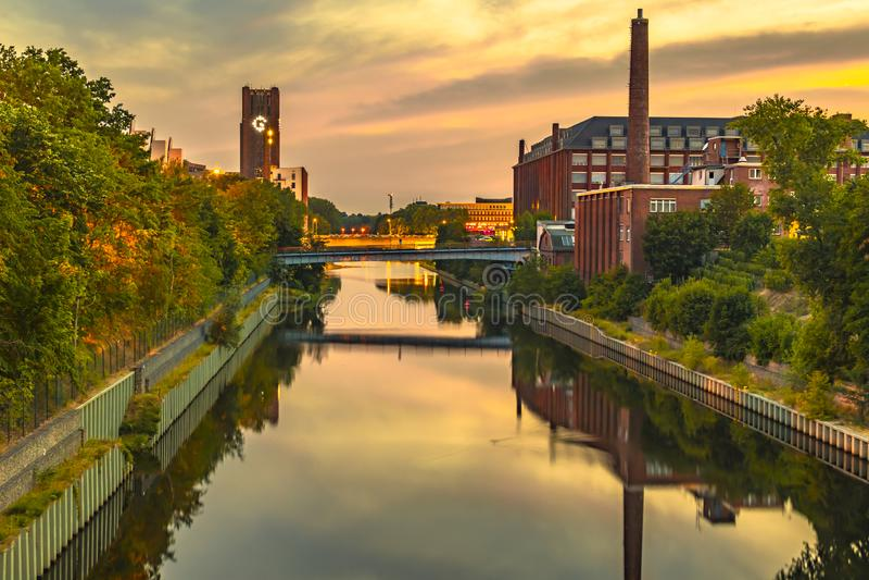 El canal de Teltow en Berlín-Tempelhof, Alemania, puentes de desatención y edificios viejos de la fábrica teniendo en cuenta el s fotos de archivo