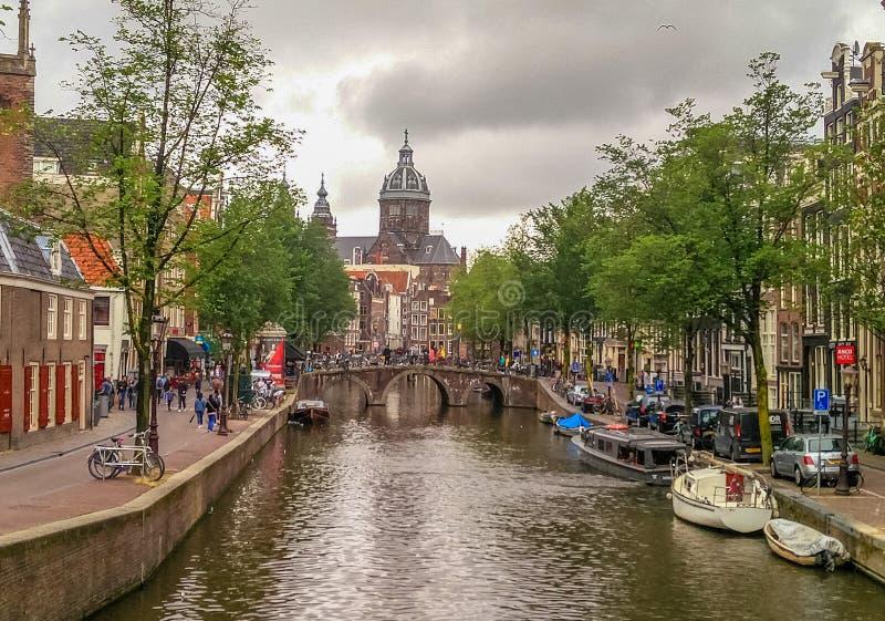 El canal del puente del río de Amsterdam grachten, Holland Netherlands imágenes de archivo libres de regalías