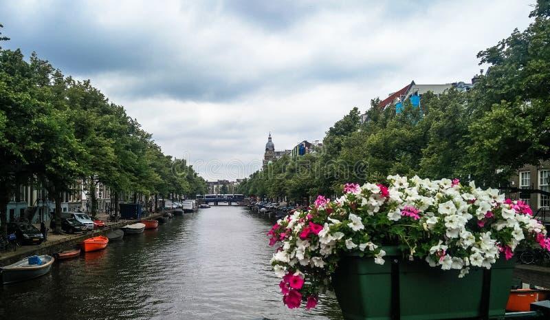 El canal del puente del río de Amsterdam grachten, Holland Netherlands imagen de archivo libre de regalías