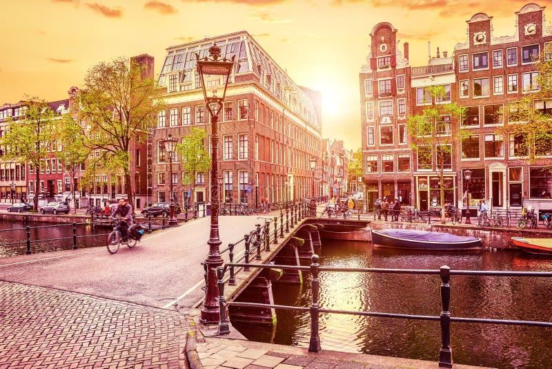 El canal en Amsterdam Países Bajos contiene el río Amstel fotos de archivo